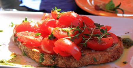 Ricette con oli essenziali: bruschetta all'olio di basilico